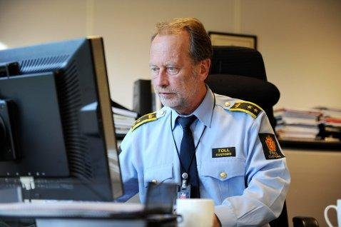 PLUKKER UT: Kontorsjef Audun Rønningen mener tollerskjønnet er avgjørende for å plukke ut dem som kan ha noe å skjule. Men nye smuglermåter vanskeliggjør dette. Arkivfoto: Per Langevei