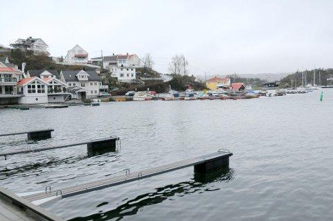 STILLE FØR STORMEN: Parkeringsplassen ved båthavna på Øya er blant stedene som oftest blir oversvømt når det er unormalt høyvann i Kragerø. Fredag ettermiddag var havnivået ganske normalt. Stormfloen er ventet å være på sitt høyeste søndag morgen. Forsikringsselskapet If ber folk ta en ekstra sjekk av båtfortøyningene, eller rett og slett ta båten på land. FOTO: ESPEN SOLBERG NILSEN
