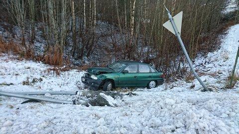 En av bilene som var involvert har havnet langt utenfor veien.