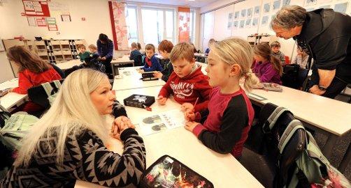 SAMARBEID: Her er det Jørgen og Thilde som samarbeider, lærer Dorthe Margrete Maur assisterer. Til høyre rektor Dag Magne Andersen. Foto: Inge Fjelddalen