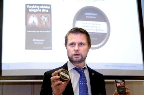 Helse- og omsorgsminister Bent Høie viste de ny innpakningene til snus og tobakkspakker, på en pressekonferanse om forebyggende tiltak på tobakksområdet. (Foto: Vidar Ruud, NTB scanpix/ANB)