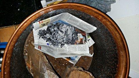 Avispapiret var brunsvidd under asken. (Foto: Vestfold interkommunale brannvesen)