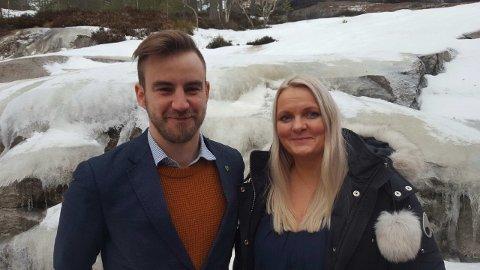 FORNØYD: Ordfører Tor Peder Lohne, Sp i Drangedal kunne fredag juble etter at det ble klart at kommunen får beholde sitt lensmannskontor. Her sammen med stortingskandidat Åslaug Sem-Jacobsen, Sp.