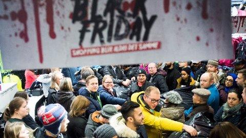 Det er ofte trangt om plassen når nordmenn slippes løs på Black Friday. Foto: Jon Olav Nesvold, NTB scanpix/ANB