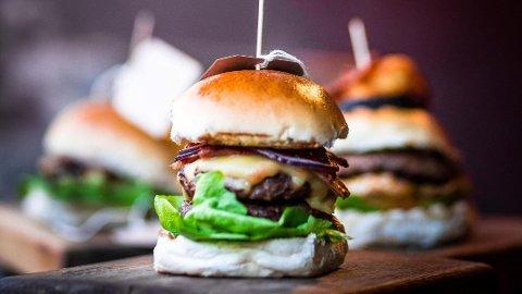 KOSTBAR BURGER? Det er grunn til å være skeptisk hvis råvarene er av veldig høy kvalitet på en burger, mener kulinarisk forsker James Briscione ved Institutt for kulinarisk utdanning i USA. - De er bare laget for å stjele pengene dine, sier han.