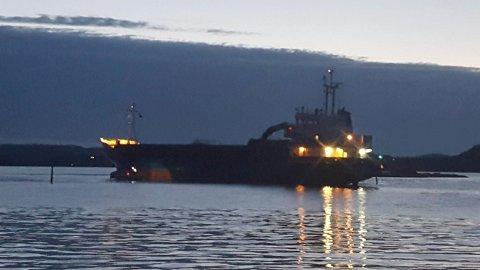Her står lasteskipet Suledrott på grunn i Kragerø. En taxibåt skal ha hjulpet skipet med å komme seg løs. Foto: Privat