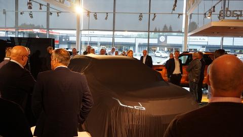 STOR INTERESSE: Rundt 200 perosner dukket opp da Range Rover Velar ble avduket torsdag kveld.