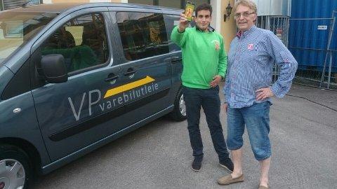 RUNDTUR: Gründer Kurt Falch Stokke viser stasjonssjef ved YX Stathelle, Tarjei Talleivsen, matsvinn-appen «Pølseappen».