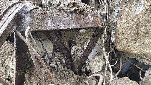 FUNN: Her har gravemaskina til Skårberg avdekket en vegg i ruinene av Hydrogenfabrikken. Bildet er tatt av arkeolog Sindre Arnkværn. Til uka avløses han av to kolleger fra fylkeskommunen.