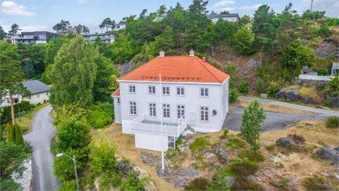 SELGES: Kapellanboligen er villaen lagt ut for salg med en prisantydning på 6,5 millioner kroner. Foto: Eiendomsmegler 1, Porsgunn.