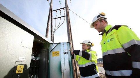 I NETTSTASJONER: Nytt utstyr må monteres i nettstasjoner. Her er Stig Simonsen (til venstre) på befaring sammen med Erik Frikstad, Skagerak Nett. FOTO: Ruhne Nilssen/Skagerak Energi