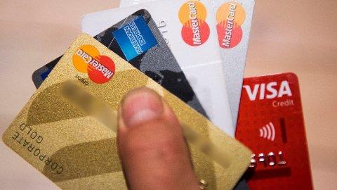 Bruk kredittkort når du kjøper flybilletter, bestiller hotell eller kjøper varer i utlandet. Det er oppfordringen fra Forbrukerrådet. Foto: Jon Olav Nesvold, NTB scanpix/ANB
