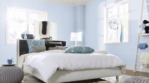 Eva Bakurowitz vil ha det lyst og luftig på soverommet. Derfor velger hun helst lyseblått. Foto: Fantasi Interiør/ANB