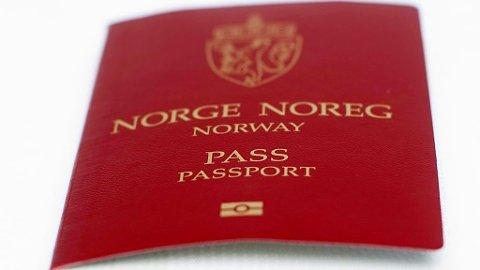 Over 60 norske kommuner mister muligheten til å utstede pass i Norge. Tabellene nederst i saken viser hvor de 77 pass- og ID-kontorene skal etableres. Foto: Solum, Stian Lysberg (NTB scanpix).