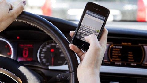 """Reglene for bruk av mobilen gjelder i alt som er definert som """"under kjøring"""". Foto Scanpix."""