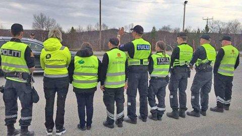 Politiet, Arbeidstilsynet, Skatteetaten, Statens vegvesen og Toll samarbeider om kontrollene. I Neiden fikk de også besøk av finsk grensepoliti. Foto: Statens vegvesen