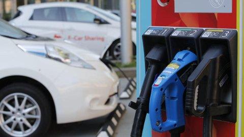 Norske politikere vil at vi bare skal kjøpe nullutslippsbiler fra 2025. Det betyr at både diesel- og bensinbiler må fases ut innen da. Foto: Scanpix.