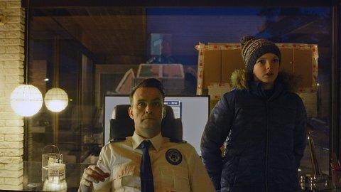 NABOGUTTEN HJELPER TIL: Vidar Magnussen som politietterforsker Magnus Undredal og Charlie Hutton som Nikolai.  FOTO: JAKOB INGIMUNDARSON / VIAFILM/NRK