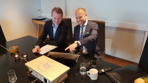 Finanssjef Erik Engaas i R8 Property sier den rene driften i tredje kvartal var den beste noensinne i selskapets historie. Her på bildet sammen med Emil Eriksrød.