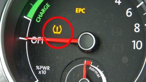 Det gule symbolet indikerer at det er noe galt med dekktrykket i ett eller flere av dekkene på bilen. Da er det viktig å sjekke dette så fort som mulig.