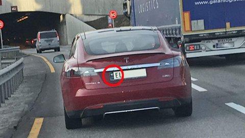 Nei, Tesla-logoen har ikke noe på selve skiltet å gjøre. Blir man stoppet med dette, vanker det en mangellapp. Foto: Privat