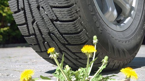 Sommerføre og vinterdekk er en veldig uheldig kombinasjon. Allikevel kjører så mange som rundt 20 prosent fortsatt med vinterdekk.