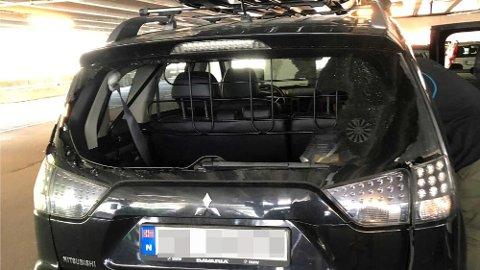 Slik så bilen ut da familien Treldal kom tilbake til parkeringshuset ved Liseberg i Gøteborg. Bakruta var knust og bagasjerommet tømt. Foto: Privat/Codan Forsikring.