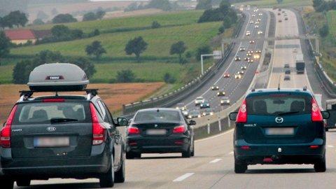 Å dra på utenlandsferie med tunglastet takboks kan være et sjansespill. Hvert år skjer det mange skader med takboksene, det er også viktig å huske at bilens kjøreegenskaper blir endret. Foto: Tryg Forsikring.
