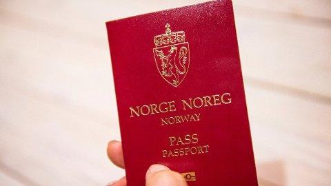 DOKUMENTFALSK: 38-åringen hadde fått tak i passet og bankkortet til en annen mann, og han bytta ut bildene med bilde av seg selv.
