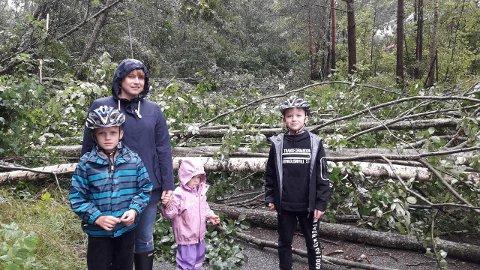 UVÆR: Kristine Wathne Lilleasen med barna Emrik, Luna og Loke. Bildet er tatt rett etter uværet for forbi i Asvallveien.