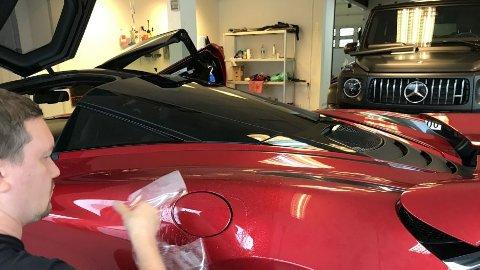 Blank folie er blitt veldig populært for å beskytte lakken mot riper og steinsprut. Mercedesen i bakgrunnen har fått matt sort folier.