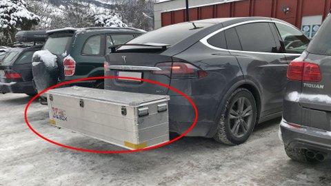 Tesla Model X har vært en av Norges mest solgte biler de siste årene. Stor SUV med 4x4 og lang rekkevidde treffer mange norske kunder hjemme. Men en svakhet har den, nemlig at den ikke kan ha tradisjonell takboks. Her er en løsning på det.Idéen oppsto under villsvinjakt i Slovakia.