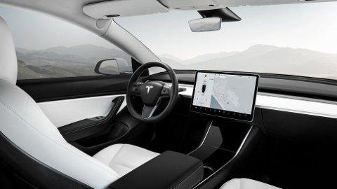 Når bilene ikke har motorlyd, blir særlig hjulstøy mer fremtredende. Tesla Model 3 er et eksempel på det, den har også mindre støydemping enn sine større søsken, Model S og Model X. Dermed blir det også mer støy inne i kupéen særlig fra dekkene.