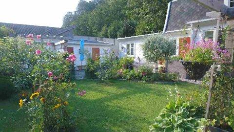 SOMMERIDYLL: Raili og Thomas Attermalm har lagt ned mye arbeid i hagen sin.