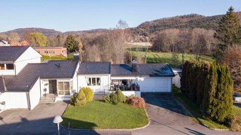 ANONYMT: Huset i Fossvegen framstår som et rekkehus, men rommer nesten 500 kvadratmeter og har stor tomt på baksiden av huset.