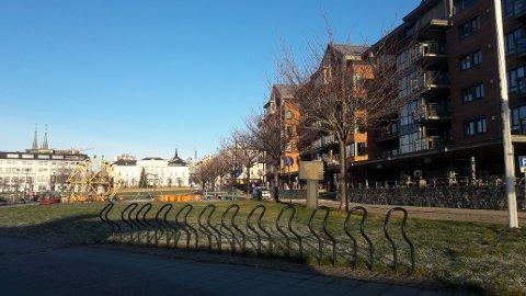 SISTE DAGEN MED FINT VÆR: Det er skyfri himmel over Bryggen i Skien.