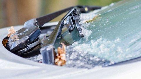 Hvem har ikke opplevd at vindusviskerne fryser fast? Det kan faktisk bli ganske dyrt om man glemmer seg.