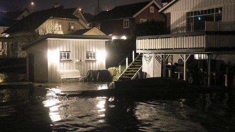 NÅ KAN DETTE SKJE IGJEN: Meteorologene har sendt ut farevarsel på høy vannstand langs kysten. Dette bildet er tatt fra sist det ble sendt ut farevarsel. Foto: Theo Aasland Valen