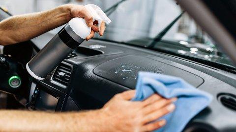 Noen deler er viktigere å vaske grundig. Det gjelder spesielt ratt, girspak, knapper og dørhåndtak innvendig og utvendig. Rett og slett alt du berører mye når du er ute og kjører. Foto: Colourbox/NAF.