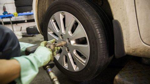 1. mai er fristen for oss alle i år, da må piggdekkene tas av bilen. Men har du piggfrie vinterdekk, er det ingen bestemt dato som gjelder. Foto: Scanpix