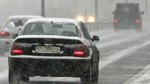 Torsdag kveld og natt til fredag kan det komme mye snø i deler av Sør-Norge. Det kan bety problemer for dem som allerede har lagt om til sommerdekk. Ilustrasjonsfoto.Foto: (NTB Scanpix)