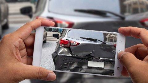 Mobiltelefonen er gull verdt for å kunne dokumentere et uhell eller en ulykke ute i trafikken. Her er det viktig å ta bilder som tydelig viser hva som har skjedd. Foto: Shutterstock/Tryg.