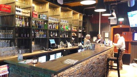 NESTEN TOMT: Det er bare noen få i baren denne søndagen.