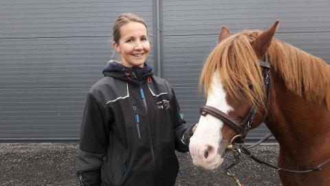 RIDEFYSIOTERAPEUT: Else Christine Nygård driver med terapiridning på Kallands ridesenter, men ønsker også å kunne holde på med det hjemme på gården.