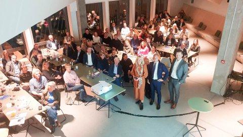 STORT ARRANGEMENT: Grenland Næringsforening holdt tirsdag sitt første store medlemsmøte etter nedstengninga. I forgrunnen står Mette Sannerholt Andersen i Grenland Næringsforening og Emil Eriksrød og Tommy Thovsland, som begge er i R8 Property.