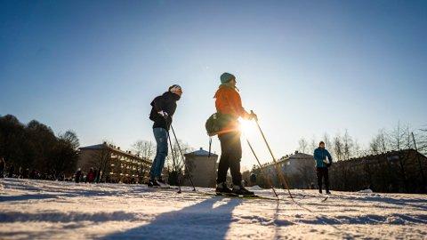 FRASPARK: Skitur på Ola Narr ved Tøyen/Carl Berners Plass i Oslo. Positivt for snøen er at det fortsatt er tele i bakken. Dette sinker prosessen med smelting. Foto: Håkon Mosvold Larsen / NTB
