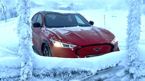 Det er ikke alltid lett å bli klok på rekkevidde og ladehastighet som oppgis i elbil-markedsføringen. Nå vil NAF ha et bedre definert regelverk her. Dette er for øvrig nye Ford Mustang Mach-E, i ekte norsk vinter.