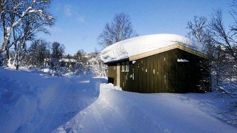 SELGES: Denne vedboden kan  bygges om til hytte. I tilleg følger det med en tomt på 761 kvadratmeter. (alle foto fra prospektet)