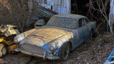 Etter 30 år i skuret er denne Aston Martin DB4-en nå slept ut dagslys. Håpet er å finne en ny eier. Foto fra: classicdigest.com