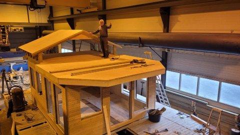PROTOTYPEN: Her viser Dag Michelsen fram prototypen på en flytende hytte.